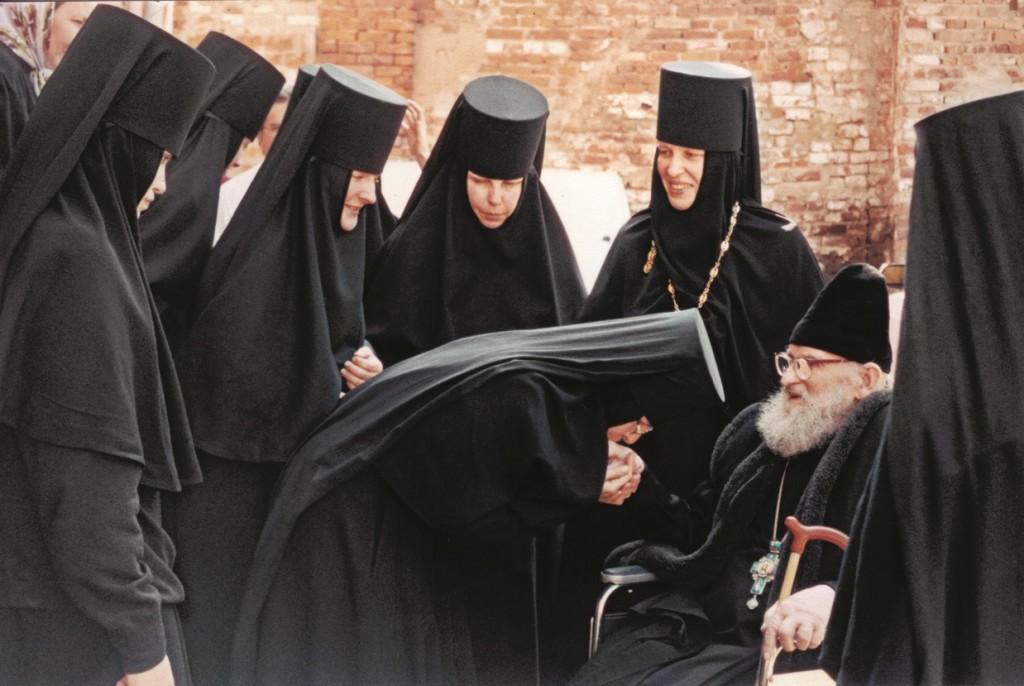 Духовник обители протоиерей Борис Николаев благословляет сестер. 2003 г.