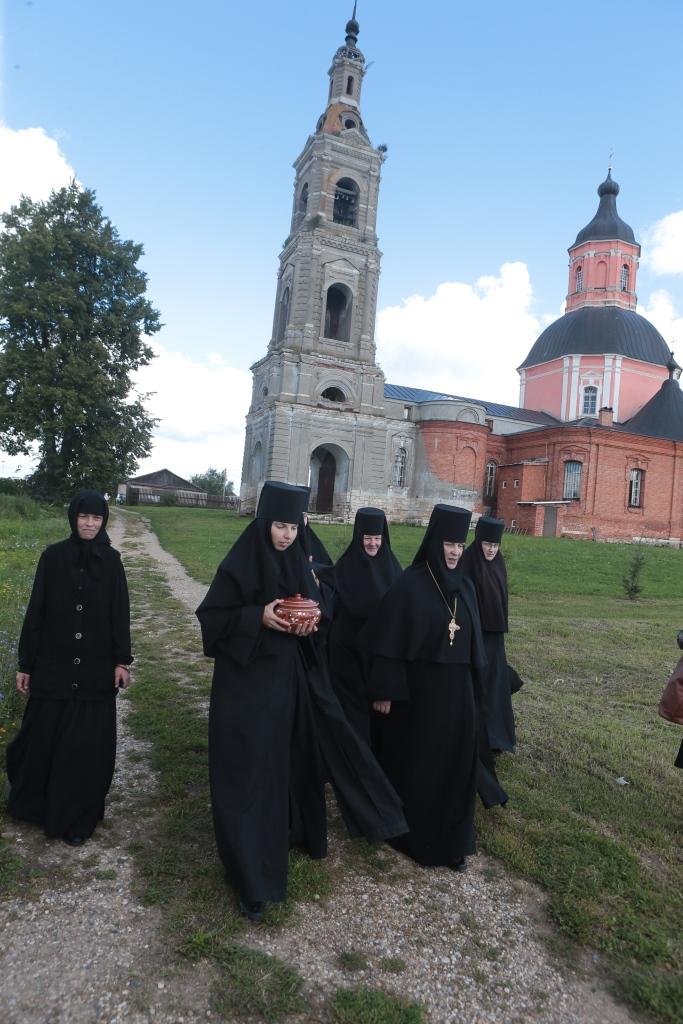 Матушка и сестры идут в трапезную с освященным медом