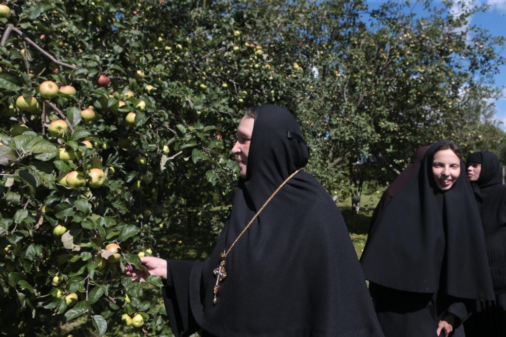 Игумения Викторина с сестрами на подворье монастыря