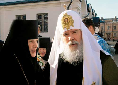 Патриарх Алексий и игумения Викторина на территории монастыря. 2006 г.