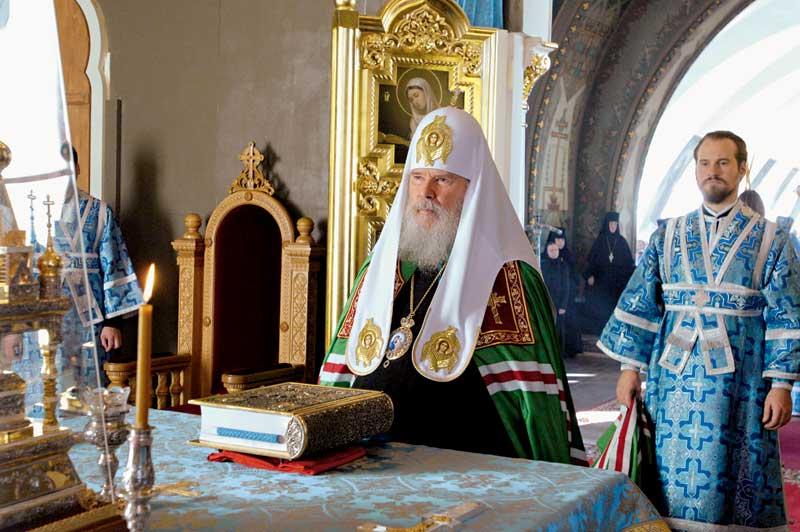 Предстоятель Русской Церкви в алтаре Казанского храма.