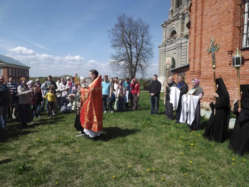 Крестный ход на подворье монастыря.