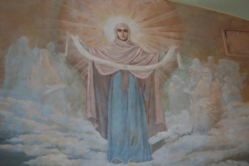Пресвятая Богородица с омофором. Фрагмент росписи над входом в храм Казанской иконы Божией Матери.