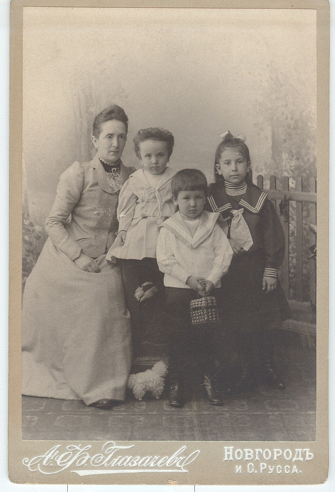 Софья Николаевна Эйлер с детьми -  дочерью Софьей и сыновьями Михаилом и Сергеем. Новгород, 1900 г.