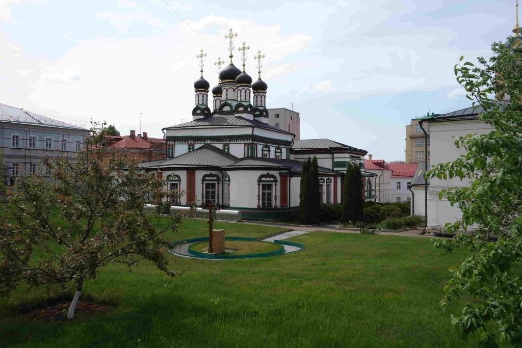 Храм святителя Иоанна Златоуста и поклонный крест на месте будущего храма-часовни в честь Всех святых в земле Российской просиявших.