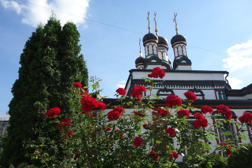 Наша обитель в Неделю всех Русских святых. Вид на храм свт. Иоанна Златоуста.