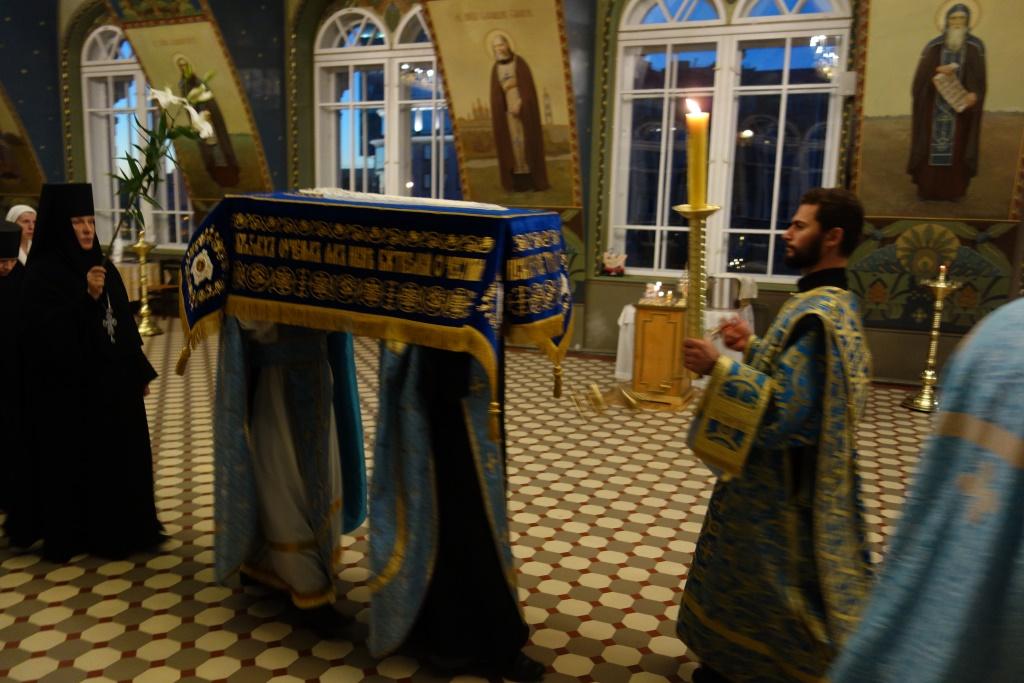 Чин Погребения Пресвятой Богородицы: игумения Викторина и духовенство обители во время крестного хода с Плащаницей.