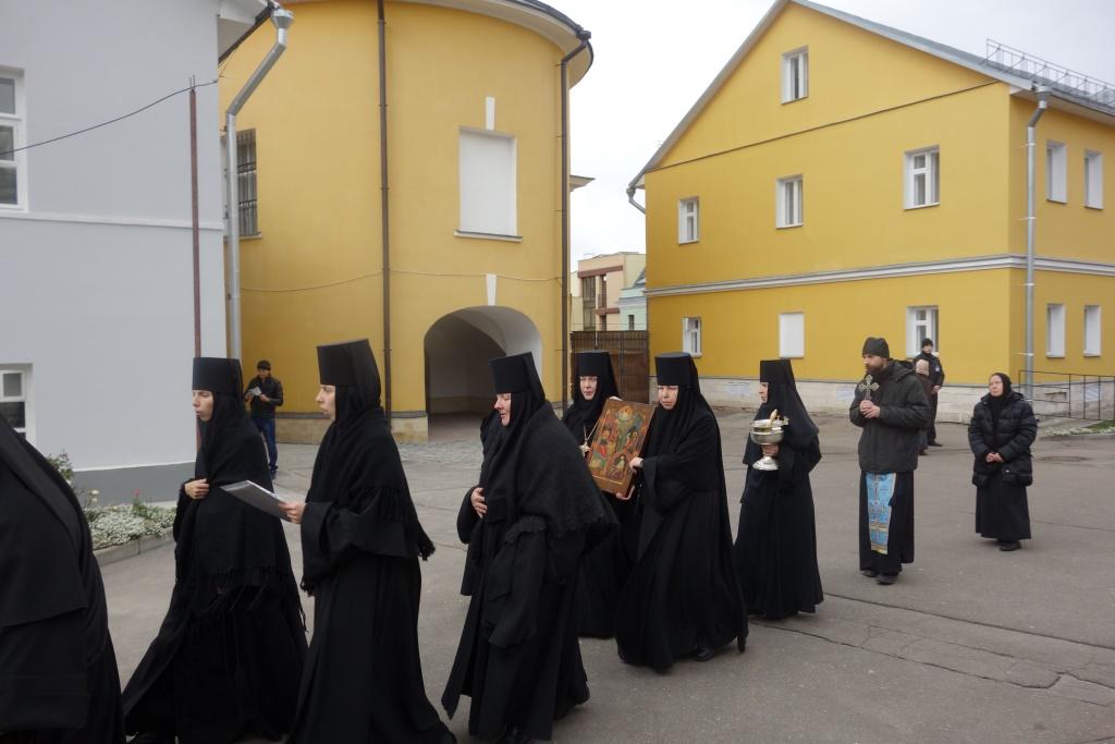 Матушка Игумения и сестры идут с чудотворным образом по всей обители. Покров Пресвятой Богородицы, 14 октября 2016 г.