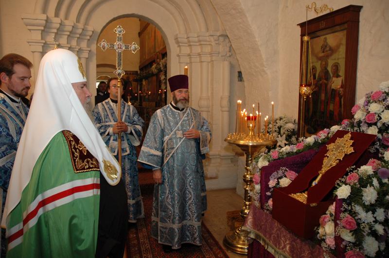 Святейший Патриарх Алексий II молится около Частицы Древа Животворящего Креста, принесенной в нашу обитель. 25 сентября 2005 г.