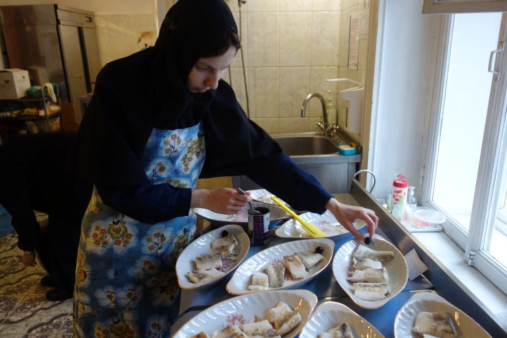 Сестры готовятся к праздничной трапезе.