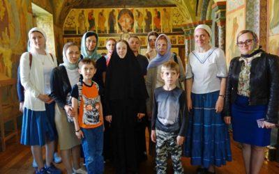 В воскресный день обитель посетили прихожане двух храмов г. Москвы
