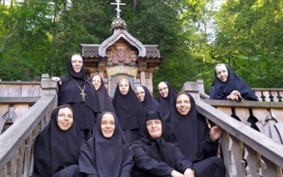Игумения Викторина (Перминова) с сестрами совершили паломничество в Троице-Сергиеву Лавру, источник «Гремячий Ключ» и Покровский Хотьков монастырь